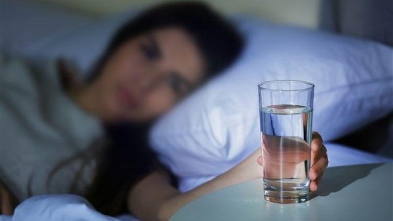 شبكة الثبات الإعلاميّة - تجنب الإسراف في شرب الماء قبل النوم مباشرة